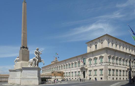 Quirinale_palazzo_e_obelico_con_dioscuri_Roma
